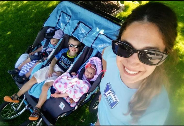 Супермама» в действии: мать восьмерых пробежала марафон с новым мировым рекордом, толкая перед собой коляску с тремя детьми